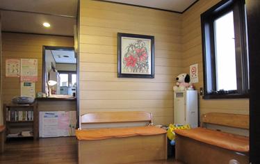 待合室には院長が描いた絵が飾られています。